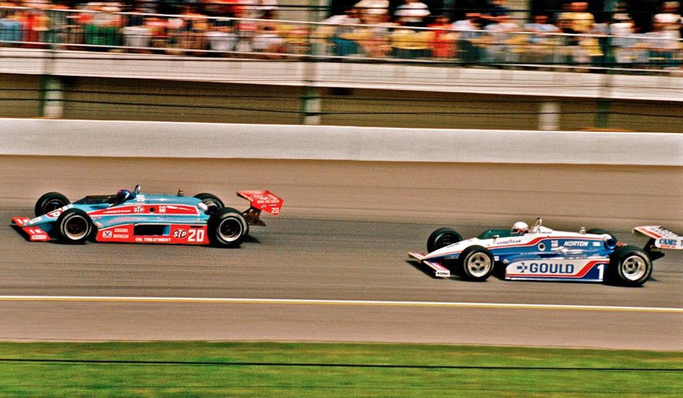 Сражение Гордона Джонкока (#20, Wildcat Mk.8B Cosworth) и Рика Мирза (#1, Penske PC10 Cosworth) за победу в «Инди-500» '82.