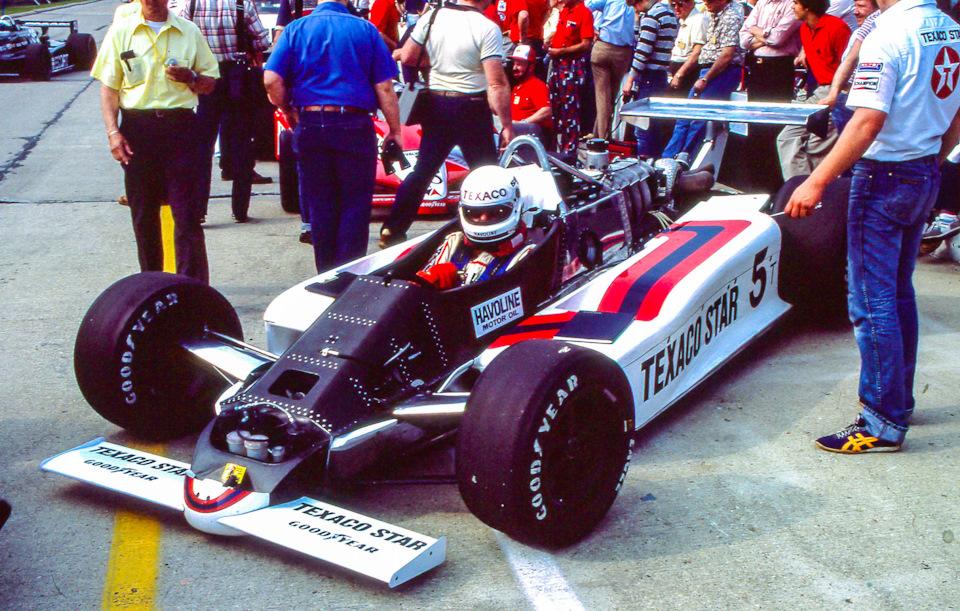 Том Снева и его March 83C Cosworth с частично углепластиковым монококом на пит-лейн в ходе тренировочных заездов перед «Инди-500» '83.