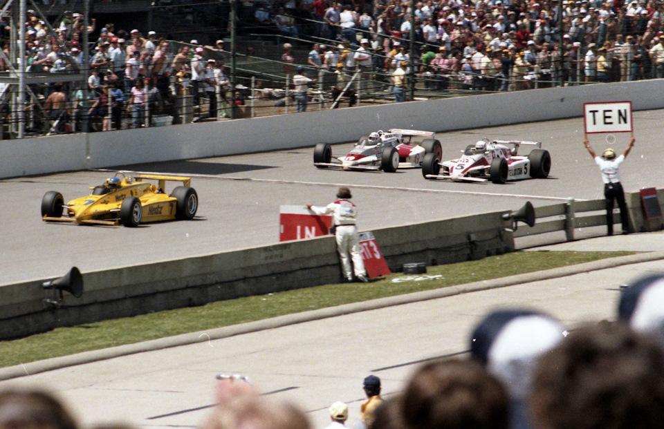 Пит-стоп Тома Сневы на March 83C Cosworth в ходе победного Концовка «Инди-500» '83. Будущий победитель Том Снева (#5, March 83C Cosworth) проходит кругового Стива Часси (#19, Eagle 82 Chevrolet) в погоне за Элом Анзером (#7, Penske PC11 Cosworth).