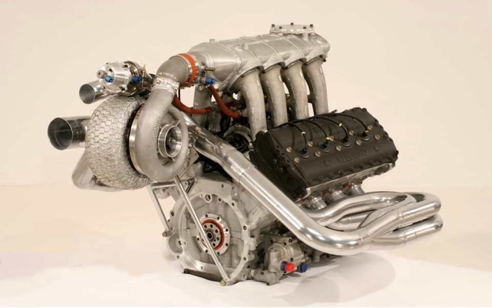 Двигатель Cosworth DFX с турбокомпрессором Garrett.