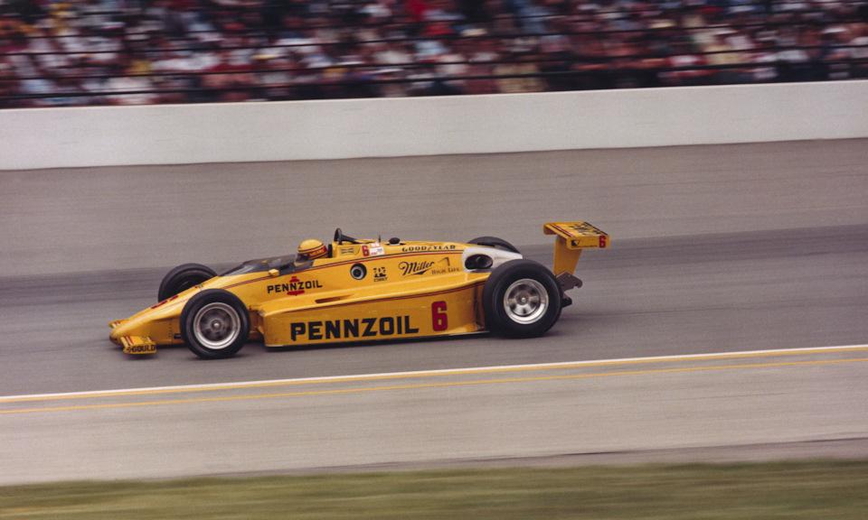 Рик Мирз на March 84C Cosworth на пути к победе в «Инди-500» '84.
