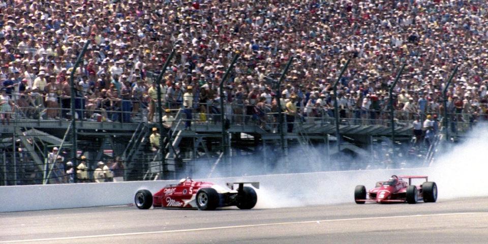 Разворот Дэнни Салливана (#5, March 85C Cosworth) перед Марио Андретти (#3, Lola T900 Cosworth) на 120-м круге «Инди-500» '85.
