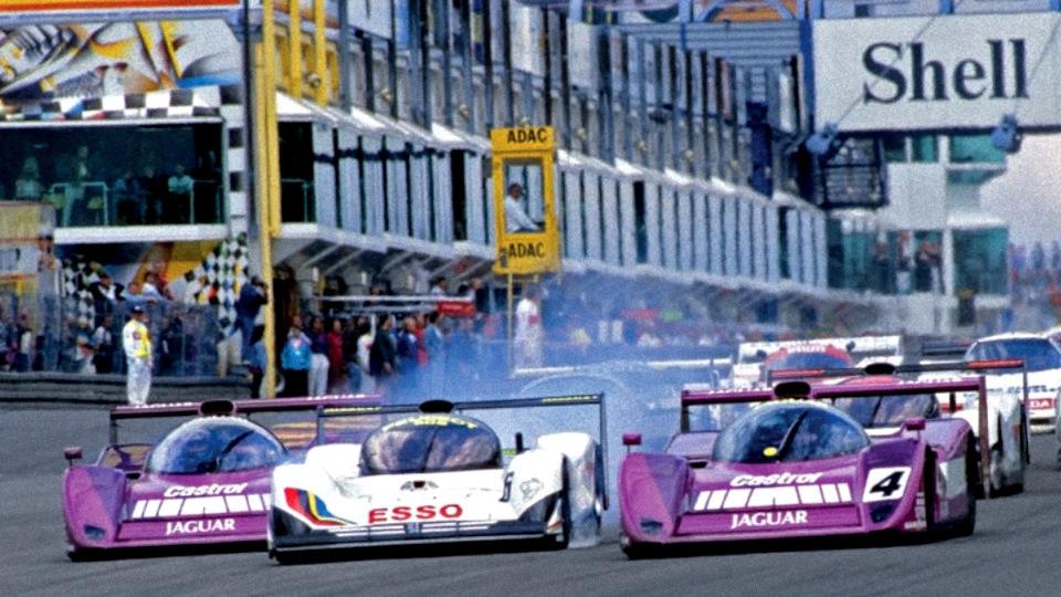 Старт «430 км Нюрбургринга» '91. Обладатель поул-позиции Тео Фаби (#4, в экипаже с Дэвидом Брэбэмом, Jaguar XJR-14) против Кеке Росберга (#6, в экипаже с Янником Дальма, Peugeot 905 Evo1 Bis) и Дэвида Брэбэма (#3, в экипаже с Дереком Уорвиком, Jaguar XJR-14).
