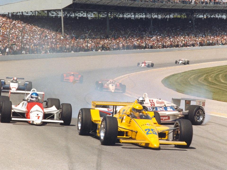 Старт «Инди-500» '87. Эл Анзер (#25, March 86C Cosworth) и Ари Люндайк (#7, Match 87C Cosworth) изворачиваются от развернувшегося Жозеля Гарци (#55, Match 87C Cosworth).