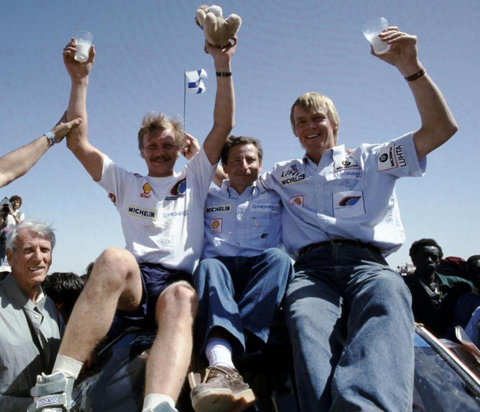 Жан Тодт (в центре) вместе с гонщиками Peugeot Юхой Канккуненом и Ари Ватаненом