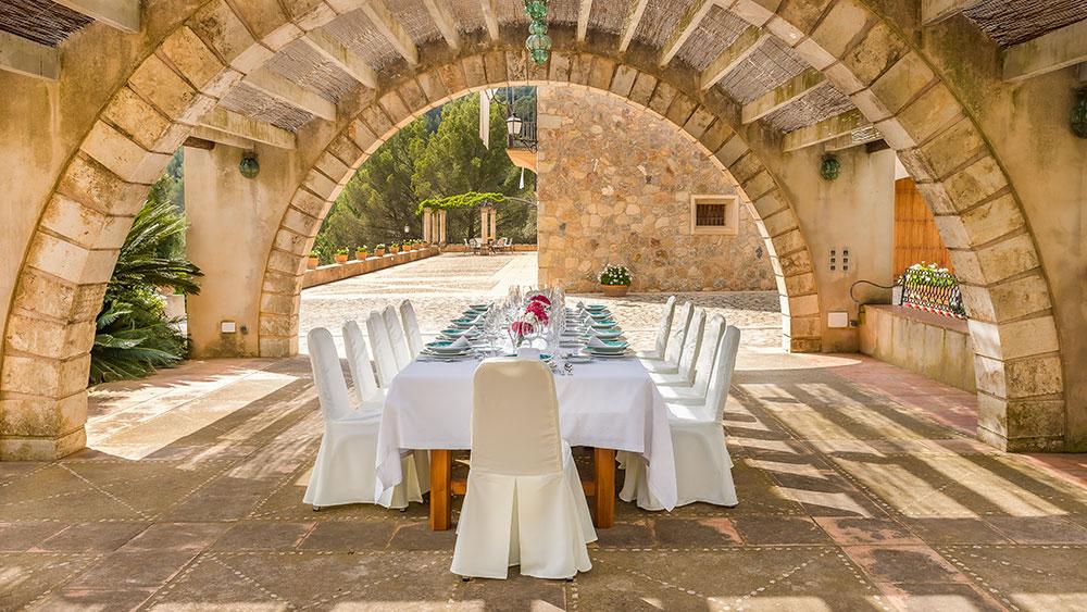 Столовая на открытом воздухе для семейных обедов на свежем воздухе