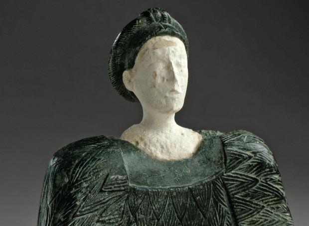 Фигурка сидящей женщины, изготовленная в Бактрии более 3500 лет назад из хлорита и известняка