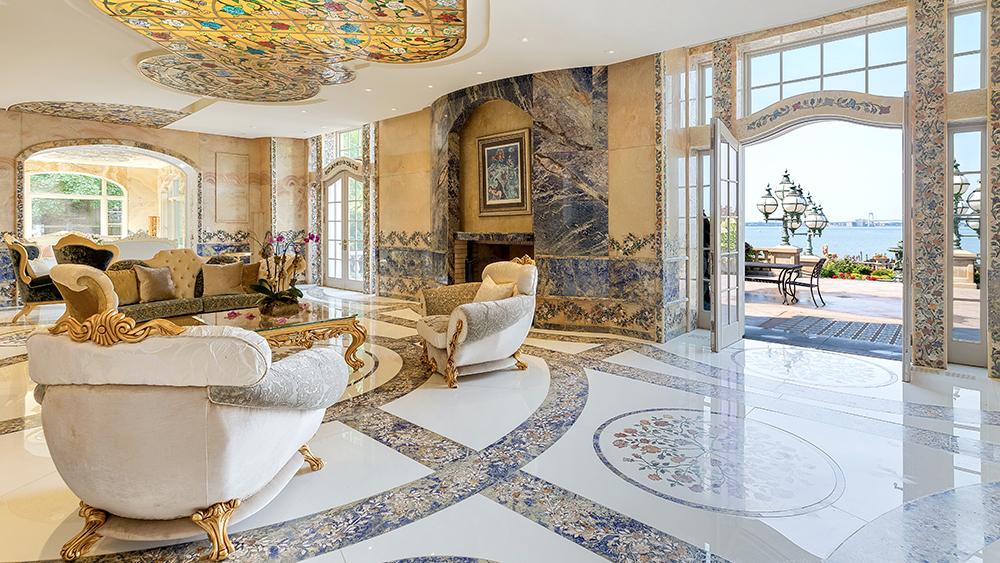 Дом изобилует мрамором и другими украшениями
